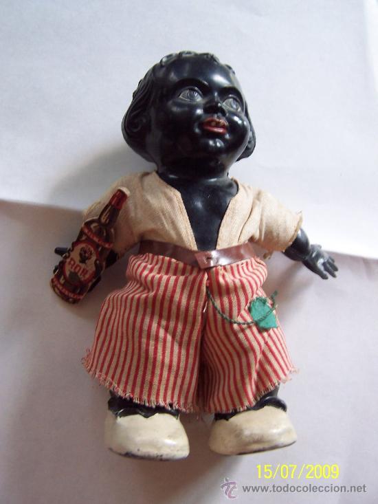 PEQUEÑO MUÑECO( 16 CM.) CON BOTELLA DE CARTÓN -( RON) PLASTICO DURO, POSIBLEMENTE CELULOIDE (Juguetes - Muñeca Extranjera Antigua - Celuloide)