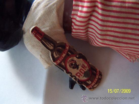 Muñecas Celuloide: PEQUEÑO MUÑECO( 16 CM.) CON BOTELLA DE CARTÓN -( RON) PLASTICO DURO, POSIBLEMENTE CELULOIDE - Foto 2 - 26734802