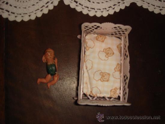 Muñecas Celuloide: Pequeña cuna de celuloide con muñeca bebé de los años 60~ - Foto 2 - 22471760