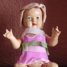 Muñecas Celuloide: ANTIGUA MUÑECA DE CELULOIDE DE 17 CM. DE ALTURA VESTIDO DE PAPEL, GORRITO PARECE ORIGINAL DE RASO .. Lote 43888824