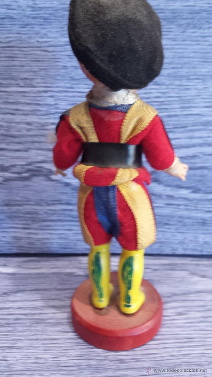 Muñecas Celuloide: GUARDIA SUIZA DE CELULOIDE SOBRE PEANA DE MADERA. OJOS DURMIENTES. 13 CM. BUENA CALIDAD. - Foto 2 - 48366048