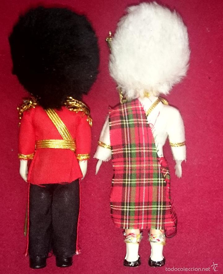 Muñecas Celuloide: Lote 2 Muñecos - Guardia inglesa y escocesa - abren y cierran ojos - Foto 2 - 59934703