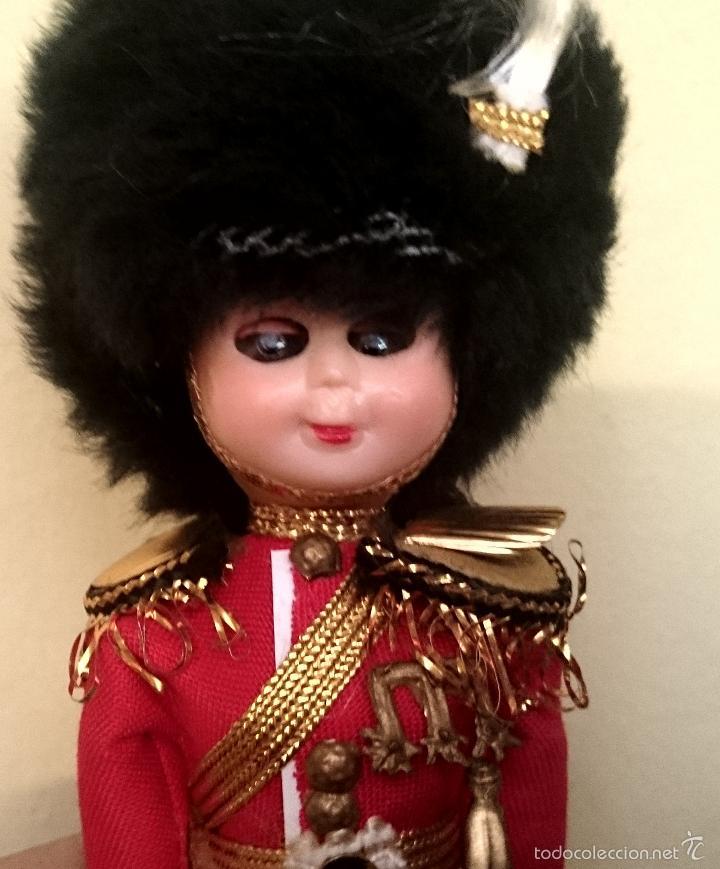 Muñecas Celuloide: Lote 2 Muñecos - Guardia inglesa y escocesa - abren y cierran ojos - Foto 6 - 59934703