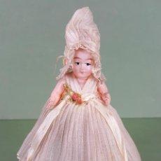 Muñecas Celuloide: CAJITA DE CARAMELOS. MUÑECA DE CELULOIDE. VESTIDO DE GASA. CIRCA 1940. . Lote 118878919