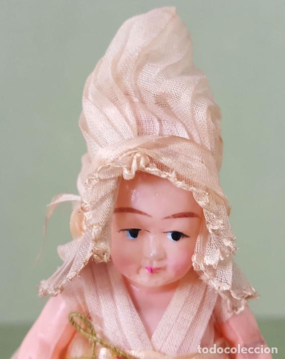 Muñecas Celuloide: CAJITA DE CARAMELOS. MUÑECA DE CELULOIDE. VESTIDO DE GASA. CIRCA 1940. - Foto 3 - 118878919