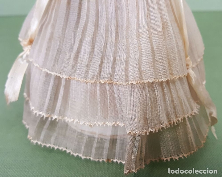 Muñecas Celuloide: CAJITA DE CARAMELOS. MUÑECA DE CELULOIDE. VESTIDO DE GASA. CIRCA 1940. - Foto 4 - 118878919