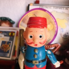 Muñecas Celuloide: RARO Y ANTIGUO PEQUEÑO MUÑECO DE CELULOIDE POLICIA MANOTAS. Lote 134080462