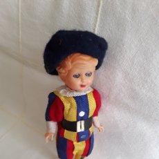 Muñecas Celuloide: PEQUEÑO MUÑECO GUARDIA SUIZA OJOS DURMIENTES. Lote 193810701