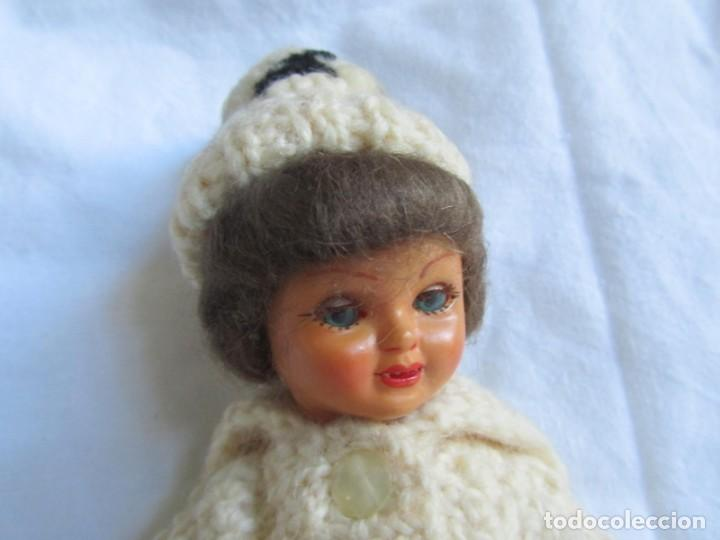 Muñecas Celuloide: Antigua muñeca esquiadora cabeza celuloide ojos basculantes, esquies y bastones de madera - Foto 2 - 222492728