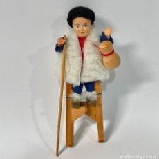 Bambole Celluloide: ANTIGUO MUÑECO DE CELULOIDE CON ZANCOS DE MADERA 15 CM. Lote 259972135