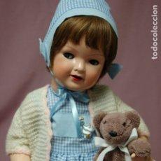 Muñecas Composición: MUÑECA ALEMANA KONIG & WERNICKE CON PATINETE DE MADERA. Lote 108437071