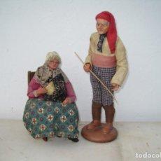 Bambole Composizione: PAREJA DE ANCIANOS ANTIGUOS EN TERRACOTA. EN FRANCIA LLAMADOS (SANTONES) 20 Y 26 CM.. Lote 243605625