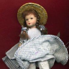 Muñecas Españolas Modernas: MUÑECA , CON TRAJE CAMPESTRE , POSIBLEMENTE MODERNA, 15 CENTIMETROS. Lote 27288934
