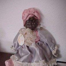 Muñecas Españolas Modernas: MUÑECA DE PORCELANA NEGRA CUBANA. CON SU ETIQUETA. LA BAMBOLA. 44 CM. VESTIDO DE RASO.. Lote 56208504