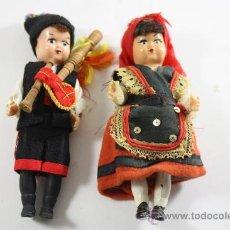 Muñecas Españolas Modernas: PAREJA DE MUÑECOS DE PLÁSTICO RIGIDO CON TRAJES REGIONALES GALLEGOS AÑOS 60. Lote 26405974