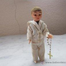 Muñecas Españolas Modernas: PEQUEÑO MUÑECO VESTIDO DE COMUNION. Lote 37426007