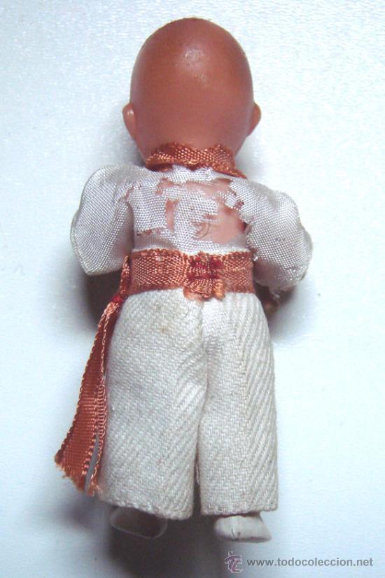 Muñecas Españolas Modernas: MINI MUÑECO DE PLASTICO RIGIDO DE 8 CM. DE ALTURA NO SE SI VA VESTIDO DE NAVARRO O DE KUNGFU - Foto 2 - 38936542