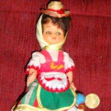 Muñecas Españolas Modernas: MUÑECA CON TRAJE REGIONAL CANARIAS CARITA DE GOMA PEANA DE MADERA. Lote 252915195