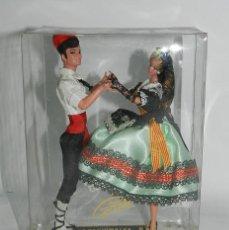Muñecas Españolas Modernas: MUÑECAS GRAIN, PAREJA BAILANDO LA SARDANA, CATALUÑA, CATALUNYA, MIDEN 19 CMS.. Lote 43842900