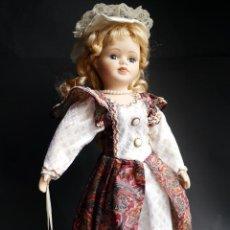 Muñecas Españolas Modernas: MUÑECA DE PORCELANA DE 47 CM CON PEANA. Lote 52397755