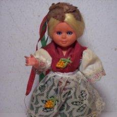 Muñecas Españolas Modernas: PEQUEÑA MUÑECA CON TRAJE TÍPICO (DE PLÁSTICO DURO - ARTICULADA - ABRE Y CIERRA LOS OJOS). Lote 53281192
