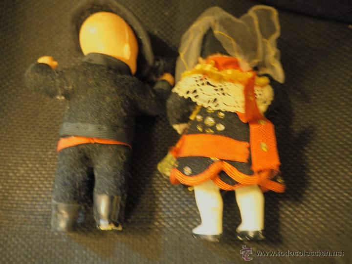 Muñecas Españolas Modernas: Pareja de muñecos salmantinos. Plástico antiguo. Miden unos 14 cm - Foto 2 - 54626529