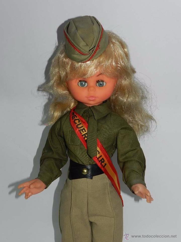 Muñecas Españolas Modernas: Típica muñeca de recuerdo del servicio militar, esta es del CIR nº 1. Misma altura que una Nancy uno - Foto 2 - 83265476
