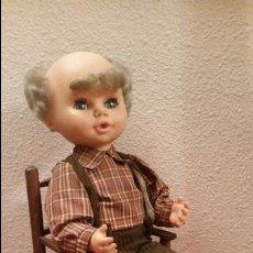 Muñecas Españolas Modernas: ANTIGUO MUÑECO MUÑECAS JESMAR ABUELO DE LA MUÑECA JESMARIN CUENTA CUENTOS EN SILLA ENEA. Lote 62470072