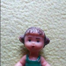 Muñecas Españolas Modernas: PEQUEÑA MUÑECA DE PLASTICO DURO . Lote 82693452