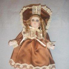 Muñecas Españolas Modernas: REPRODUCCIÓN DE MUÑECA ANTIGUA DE PORCELANA RAMÓN INGLES CON VESTIDO MARRÓN. Lote 85068204