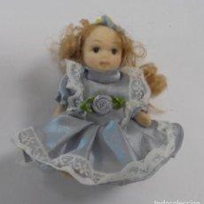 Muñecas Españolas Modernas: ANTIGUA MUÑECA DE PORCELANA. VESTIDA CON TRAJECITO. 8CM ALTO. Lote 85386036
