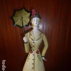 Muñecas Españolas Modernas: MUNECA DE MADERA PINTADA A MANO CON PARAGUAS DE METAL. . Lote 90626910
