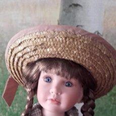 Muñecas Españolas Modernas: MUÑECA DE PORCELANA DE 52 CM (CON PEANA). Lote 94863527