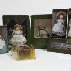 Muñecas Españolas Modernas: COLECCION 5 MUÑECAS PORCELANA HARRODS + 4 ACCESORIOS EN CAJA. Lote 99695931