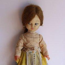 Muñecas Españolas Modernas: PEQUEÑA MUÑECA SILQUI CON VESTIMENTA REGIONAL. Lote 102590899