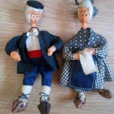 Muñecas Españolas Modernas: PAREJA DE VIEJITOS DE FIELTRO Y ALAMBRE. MUÑECOS CON TRAJE REGIONAL AÑOS 60. Lote 104040103