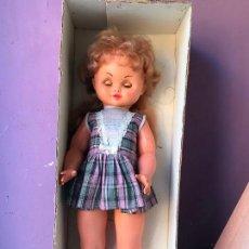 Muñecas Españolas Modernas: ANTIGUA MUÑECA IRIS MARGARITA EN CAJA , AÑOS 70. Lote 104554271
