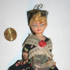 Muñecas Españolas Modernas: ANTIGUA MUÑECA CON VESTIDO FOLCLORE TRADICIONAL *** ALTURA: 15 CMS. Lote 107027999