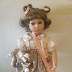 Muñecas Españolas Modernas: PRECIOSA MUÑECA DE PORCELANA- REGAL ARTS- COLECCIÓN AÑO 1998. Lote 111064023