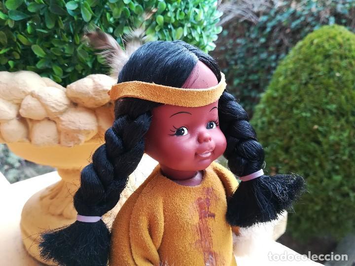 Muñecas Españolas Modernas: Muñeca india canadiense con ropa de piel.La peana de madera a juego. - Foto 2 - 112137655
