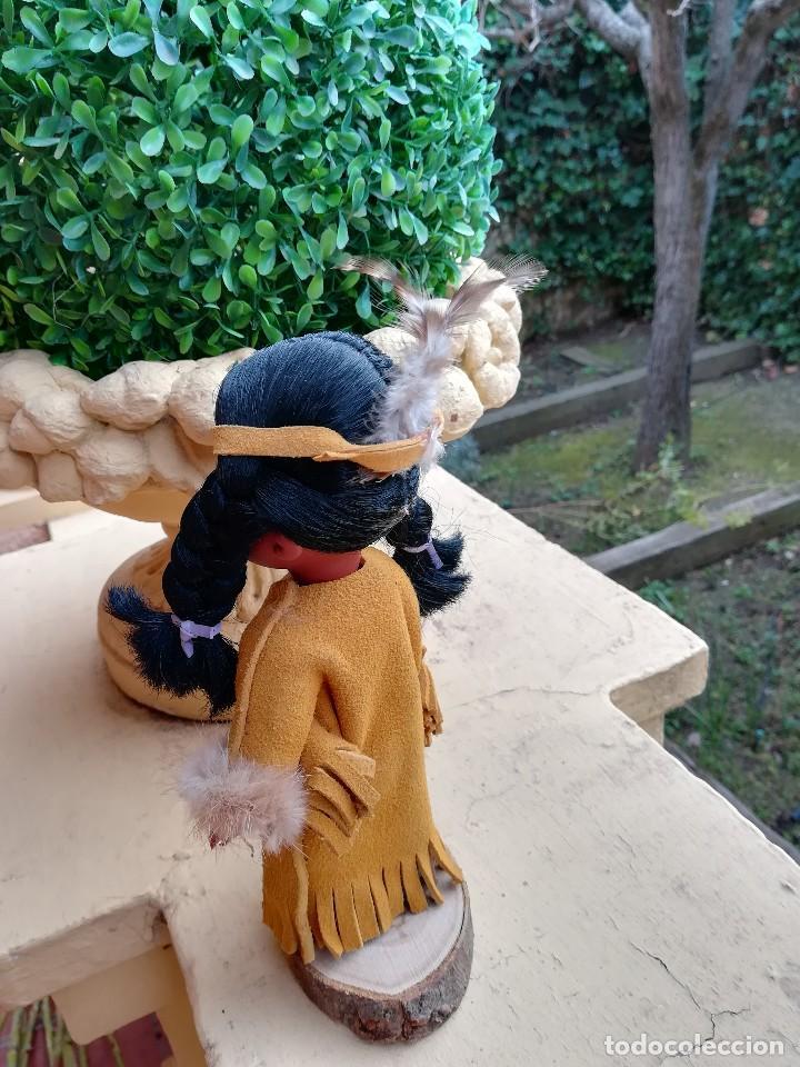 Muñecas Españolas Modernas: Muñeca india canadiense con ropa de piel.La peana de madera a juego. - Foto 3 - 112137655