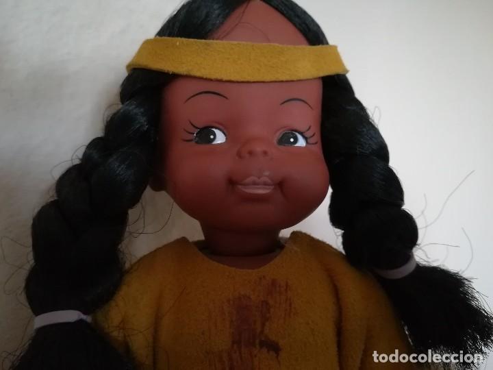 Muñecas Españolas Modernas: Muñeca india canadiense con ropa de piel.La peana de madera a juego. - Foto 5 - 112137655