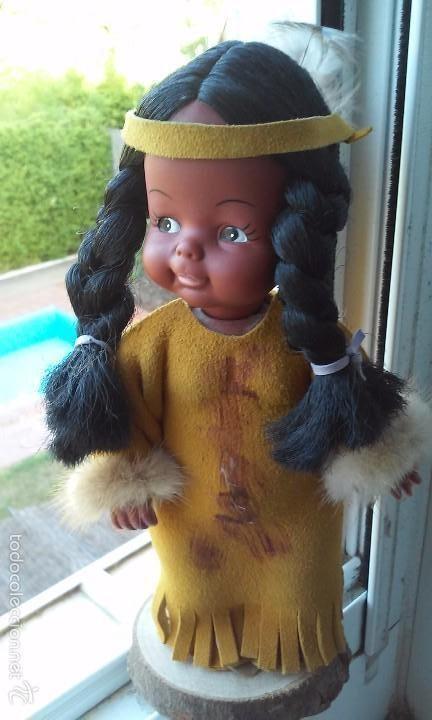 Muñecas Españolas Modernas: Muñeca india canadiense con ropa de piel.La peana de madera a juego. - Foto 6 - 112137655