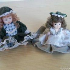 Muñecas Españolas Modernas: LOTE DE 2 PEQUEÑAS MUÑECAS EN CERÁMICA O PORCELANA ESMALTADA. AÑOS 80. UNA, ARTICULADA. Lote 112920007