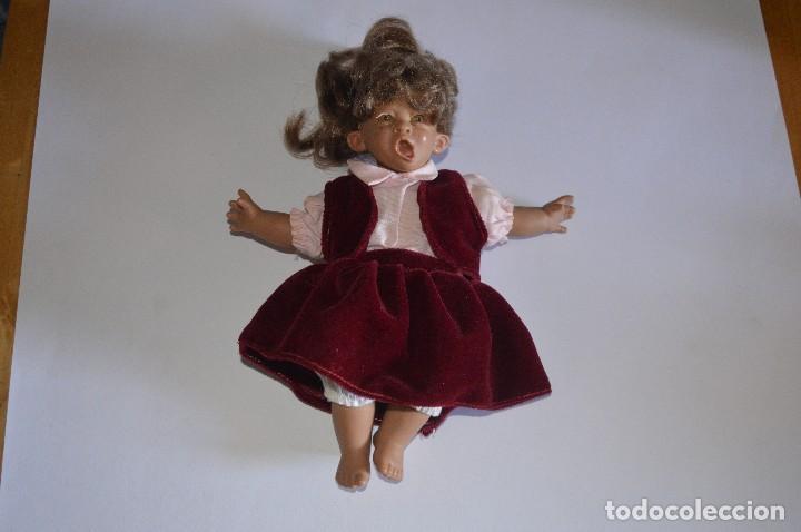 JUGUETE FIGURA MUÑECA MITAD TRAPO PLÁSTICO HACIENDO MUECA LLORO QUEJIDO BERRIDO VESTIDO GRANATE ROSA (Juguetes - Otras Muñecas Españolas Modernas)