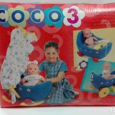 Muñecas Españolas Modernas: COCO3 COCO 3-INCLUYE COCOLISA-COCHE-BAÑERA Y CUNA-JESMAR AÑOS 90-PRECINTADO. Lote 116803835
