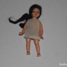 Muñecas Españolas Modernas: FIGURA JUGUETE DECORACIÓN PEQUEÑA MUÑECA ANTIGUA PARTES MOVIBLES VESTIDO PELO NEGRO LARGO. Lote 117432611