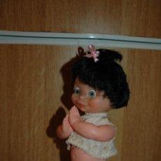 Muñecas Españolas Modernas: MUÑECA REZANDO TIPO VAMOS A LA CAMA. POSIBLE FAMILIA TELERIN AÑOS 60 VER FOTOS. Lote 119925083