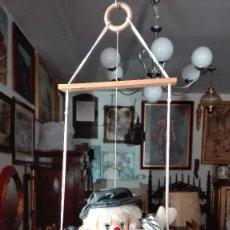 Muñecas Españolas Modernas: MARIONETA PAYASO EN COLUMPIO CON CARA DE PORCELANA.. Lote 130843248