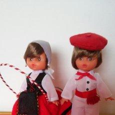 Muñecas Españolas Modernas: PAREJA MUÑECOS REGIONALES NESKA Y VASQUITO (23 CM) DE LOS 80S.NUEVOS.. Lote 134004819